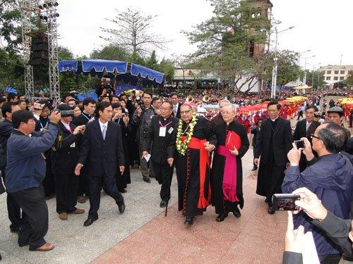 Đức Hồng Y Ivan Dias tiến lên Linh Đài Mẹ La Vang.006