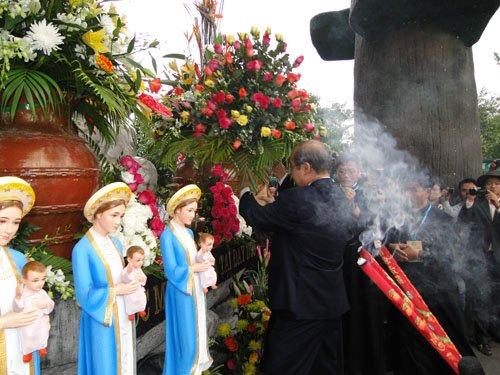 Dâng hoa và hương lên Mẹ La Vang.008