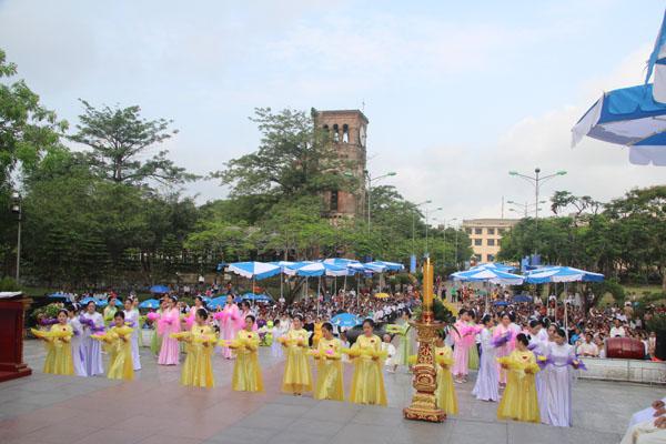 La Vang - Khai mạc tháng hoa 10