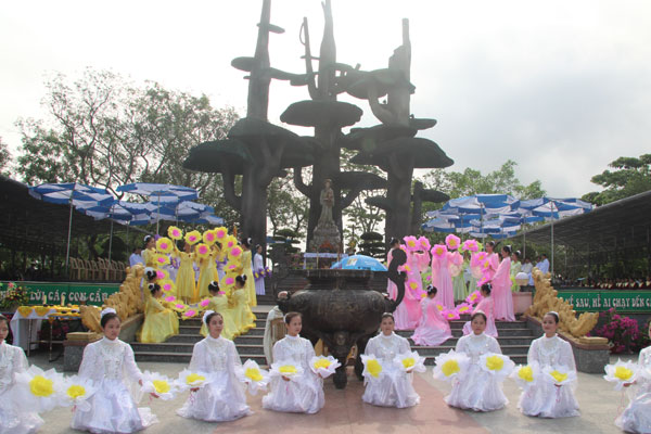La Vang - Khai mạc tháng hoa 11