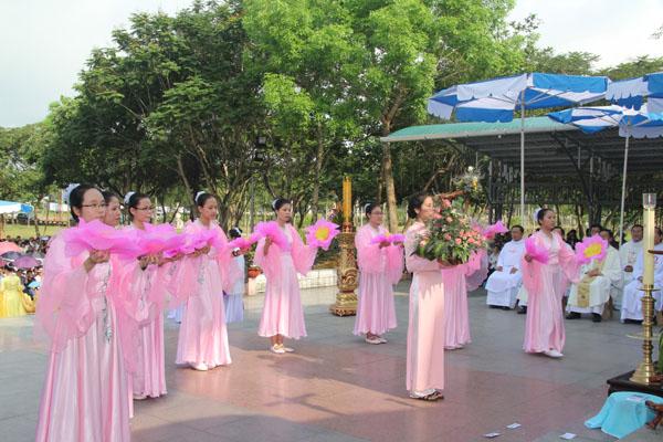 La Vang - Khai mạc tháng hoa 12